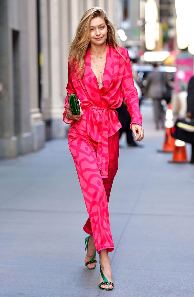 Gigi Hadid en totale look pyjama  coloré