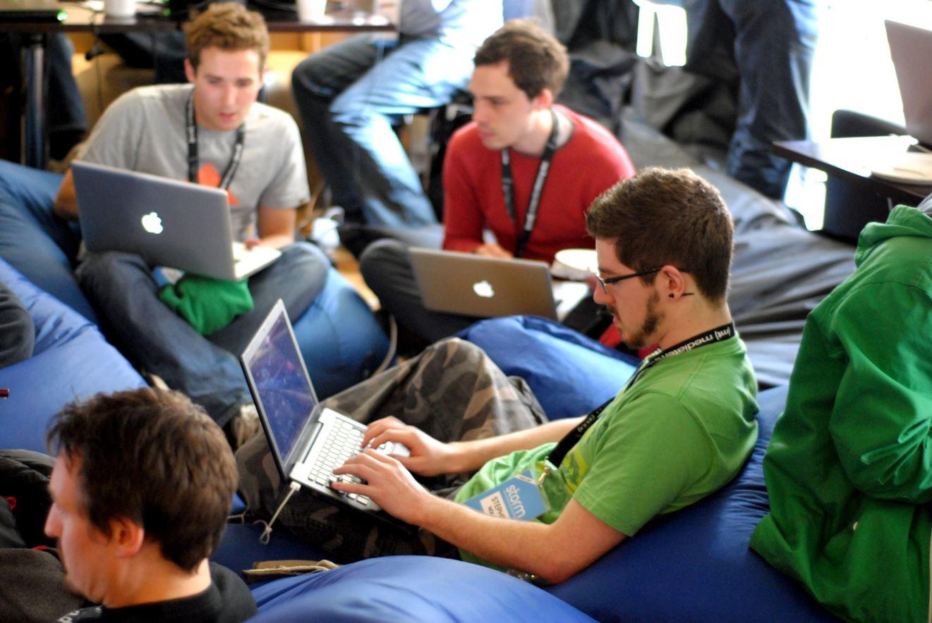 equipe e-sport sur leur ordinateur